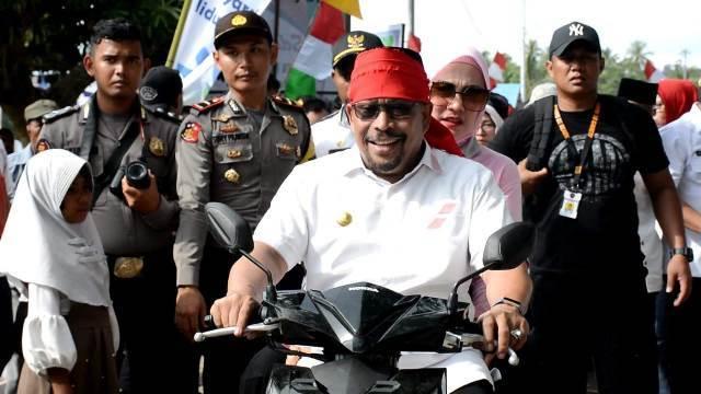 Gubernur Maluku Bonceng Istri Lintasi Jalan Berbatu Temui Warga SBT