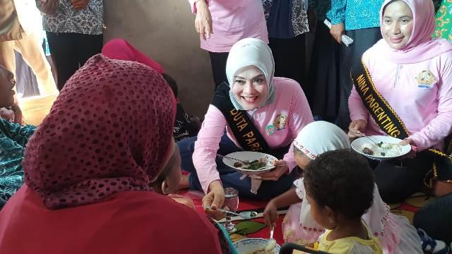 Sambil Lesehan, Duta Parenting Maluku Makan Bersama Anak-anak Stunting