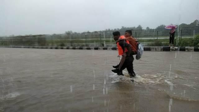 Personel Brimob Bantu Korban Banjir di Dobo