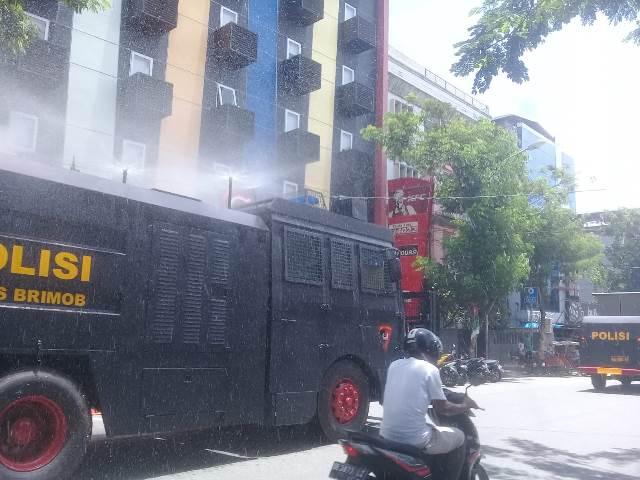 Brimob Polda Maluku Kerahkan Water Cannon Semprot Disinfektan