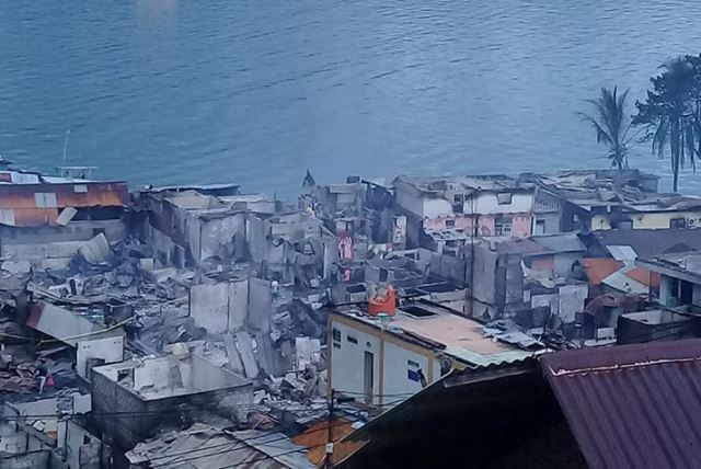 Pemkot Ambon Salurkan Makanan Bagi Korban Kebakaran di Ongkoliong