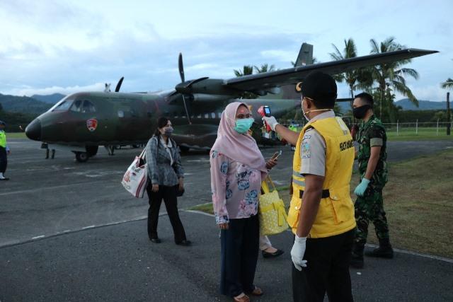 Lanud Pattimura Sterilisasi Penumpang Pesawat TNI AU