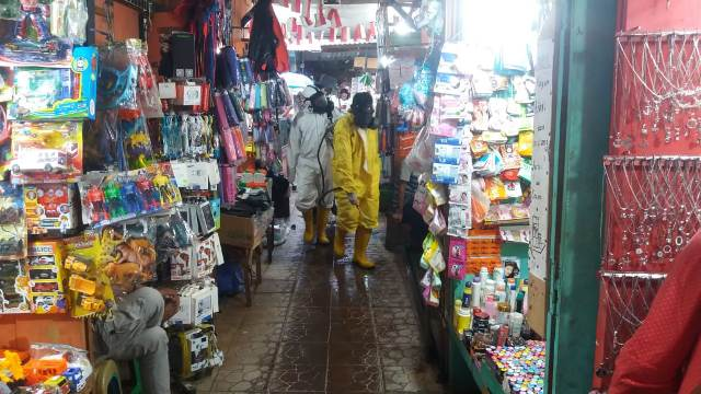 Pasar Mardika Jadi Sasaran Penyemprotan Disinfektan Cegah Corona