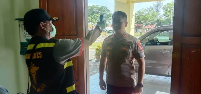 Cegah Corona, Suhu Tubuh Personel Polres SBT Diperiksa