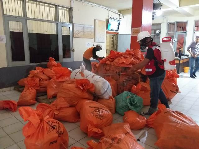 PMI Maluku Sterilisasi Kantor PT Pos Indonesia Ambon