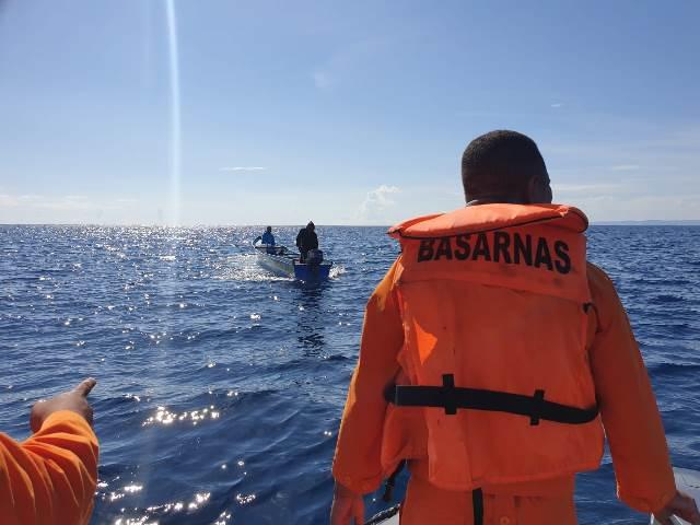 Tim SAR dan Masyarakat Cari Nelayan Buru