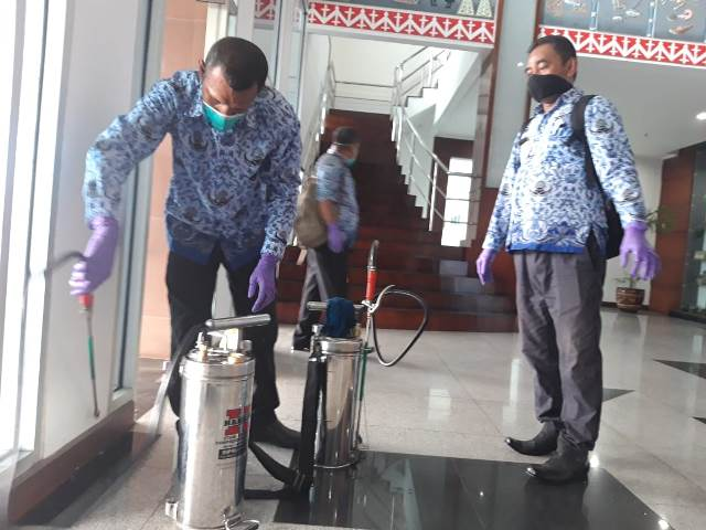 Cegah Corona, Dinkes Semprot Disinfektan di Kantor Gubernur Maluku