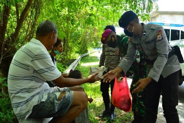 Peduli Covid-19, Brimob Polda Maluku & Marinir Bikin Dapur Lapangan Bantu Warga