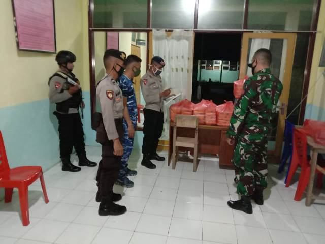 TNI – Polri Di Malra Sajikan Makanan Sahur & Berbuka Puasa Bagi Warga Karantina Covid-19