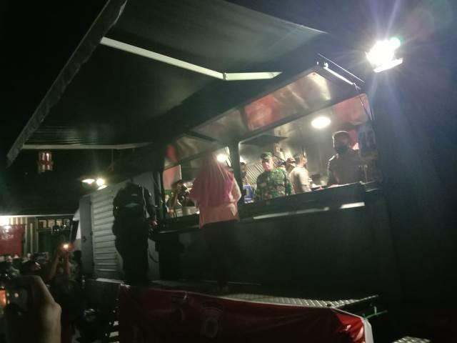 Peduli Covid-19, TNI-Polri Di Ambon Sediakan Makanan Bagi Warga