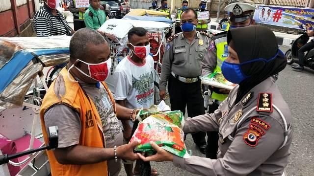 Ditlantas Polda Maluku Bagikan Masker & Beras