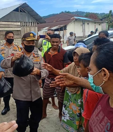 Kapolda Maluku Bersama Kapolresta & Dandim Kompak Bagi-Bagi Sembako