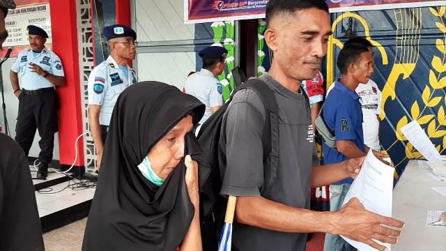 Suasana Haru Keluarga Sambut Pembebasan 77 Napi Lapas Ambon