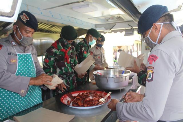 Brimob dan TNI Di Masohi Buka Dapur Lapangan & Bagikan Makanan Gratis