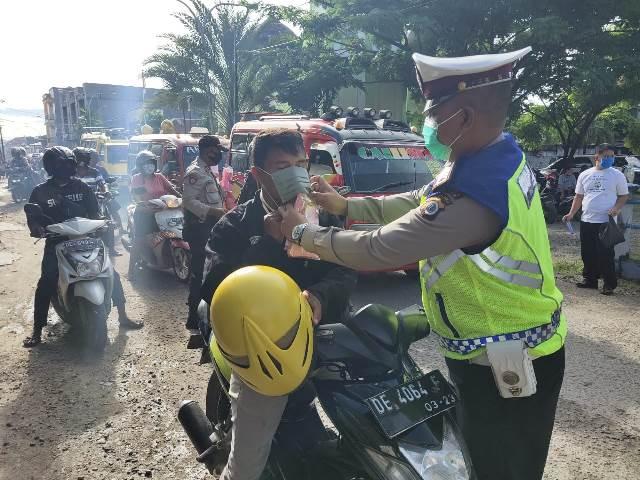 Polres Aru Gandeng Bank Maluku Cabang Dobo Bagikan Masker