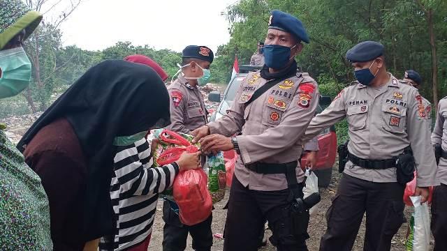 Brimob Polda Maluku Bagi Sembako Ke Pemulung & Pemecah Batu Kerikil