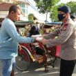 Danyon B Brimob Polda Maluku Pimpin Pembagian Makanan Ke Warga