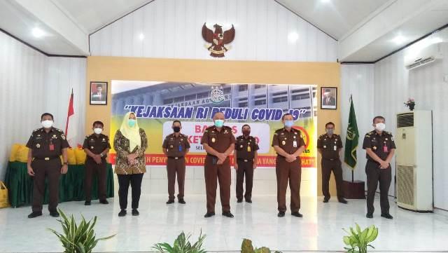 Peduli Covid-19, Kejati Maluku Salurkan 500 Paket Sembako