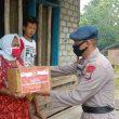 Brimob Bagi Masker & Paket Pangan Ke Warga Malra