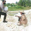 Brimob Maluku Bagikan Makanan Ke Warga Tual