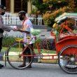 Brimob Berbagi Bersama Tukang Becak & Penyapu Jalan Di Masohi