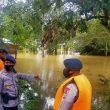Brimob Bantu Warga Terendam Banjir Di Kecamatan Amahai