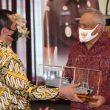 Danlantamal Ambon Serahkan Miniatur KRI Ke Mantan Kajati Maluku