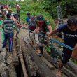 Prajurit Yonif 732/Banau Bantu Warga Bangun Jembatan Darurat Di Bursel