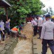 Brimob Bantu Warga Terdampak Banjir Di Piru