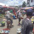 Pedagang Pasar Mardika Nekat Berjualan Di Tengah Jalan