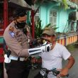 Polresta Ambon Bagikan Bahan Pangan & Masker Gratis