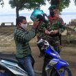 Cegah Covid 19, Satgas Yonif RK 732/Banau Bagi Masker Ke Warga