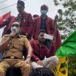 Naik Mobil Komando, Wagub Maluku Temui Mahasiswa Yang Demo Tolak UU Cipta Kerja