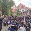 Akses Jalan Depan Rektorat Unpatti Diblokir Pendemo