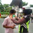 Personel Polres Malteng Bagi-Bagi Masker