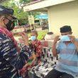 TNI AL Bagi-bagi Masker ke Warga Kecamatan Haruku