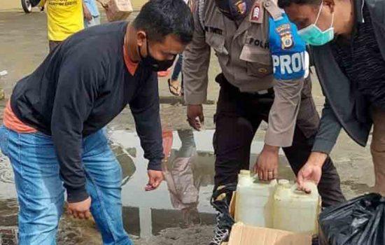 Polisi Sita 60 Liter Sopi di Pelabuhan Ambon