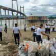 Lantamal IX Ambon Bersihkan Pesisir Pantai Teluk Ambon